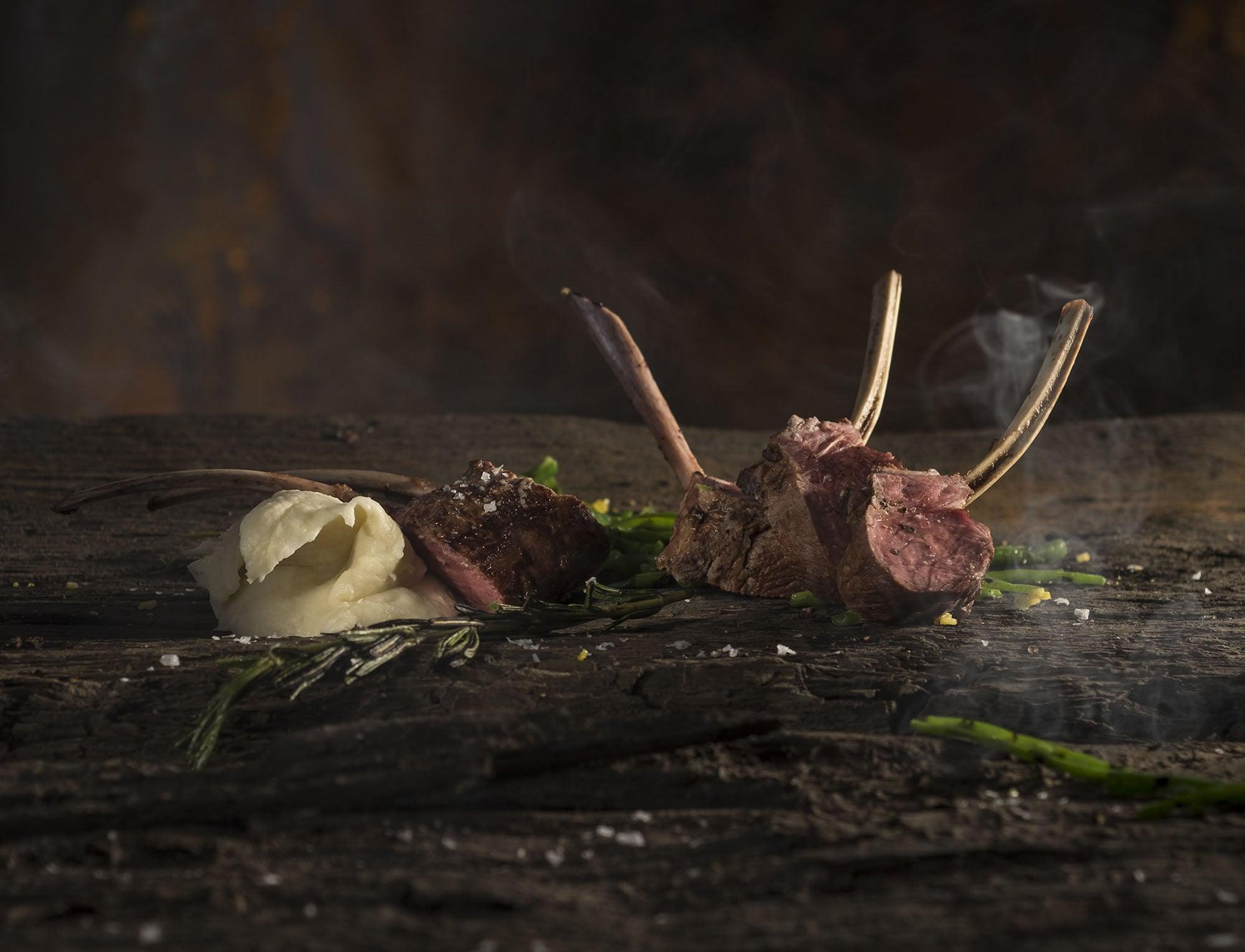 Lamskotelet met rozemarijn en asperges van de barbecue