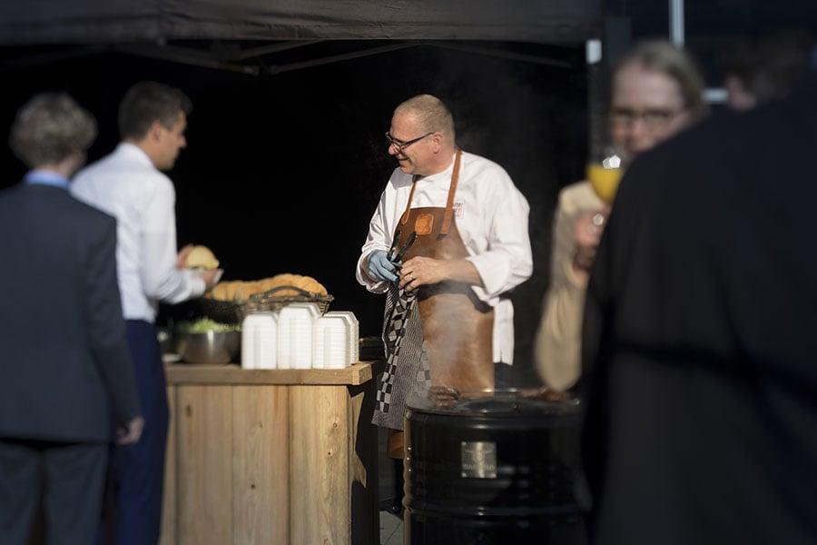 Walter Boekelder van Walter Smoked! in gesprek tijdens een BBQ event in de Lichtenvoorde.
