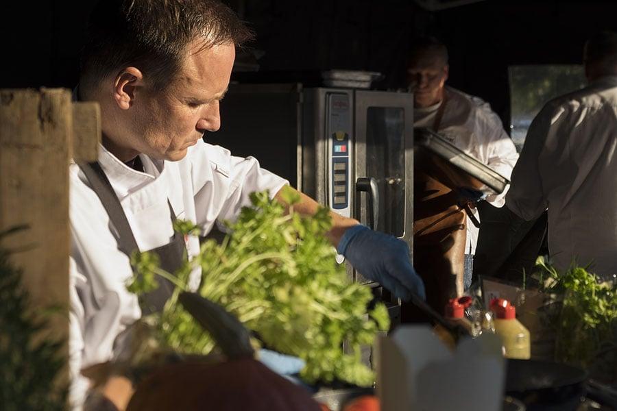 De barbecue keukenbrigade van Walter Smoked! tijdens een event. Live cooking met dagverse producten.